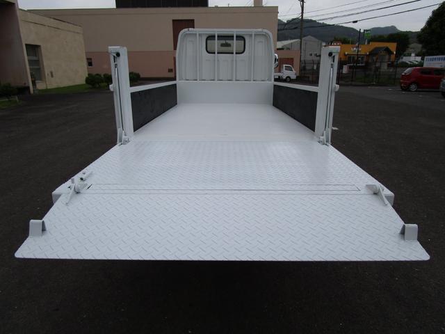 2トン全低床平ボディー垂直パワーゲート付 ・内外装クリーニング仕上げ・ワンオーナー車・記録簿・運転席エアバック・ABS・左側電動格納ミラー(9枚目)