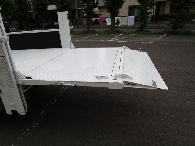 2トン全低床平ボディー垂直パワーゲート付 ・内外装クリーニング仕上げ・ワンオーナー車・記録簿・運転席エアバック・ABS・左側電動格納ミラー(11枚目)
