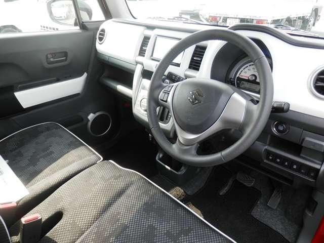 【内装】「使いやすさ」を追求したシンプルな運転席回り!足元をスッキリさせるために「インパネシフト」を採用しています!