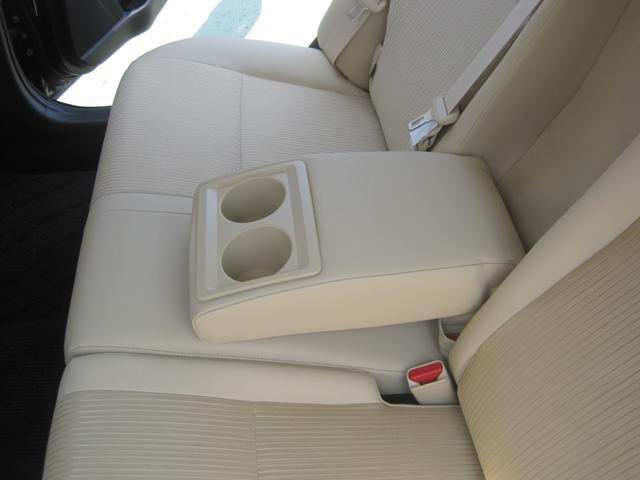 大型のアームレスト付きのシートです。遠方などのドライブには、疲れず便利です。ドリンクホルダーもついています。
