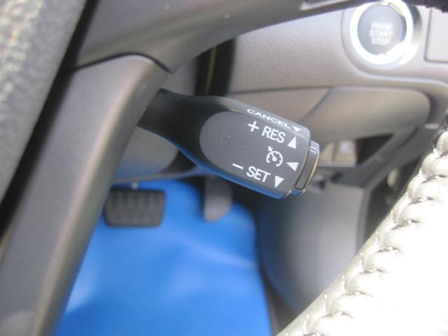 クルーズコントロール付きです!高速道路などで長距離走行の際に、スイッチをONにするとアクセルを離しても一定の速度で走行してくれます!解除 はブレーキを踏むだけですので、安全性もバッチリです!