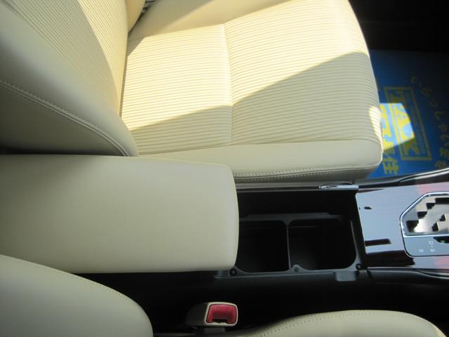大型のアームレスト付きのシートです。遠方などのドライブには、疲れず便利です。中は収納スペースがありますので小物が片付きますよ。