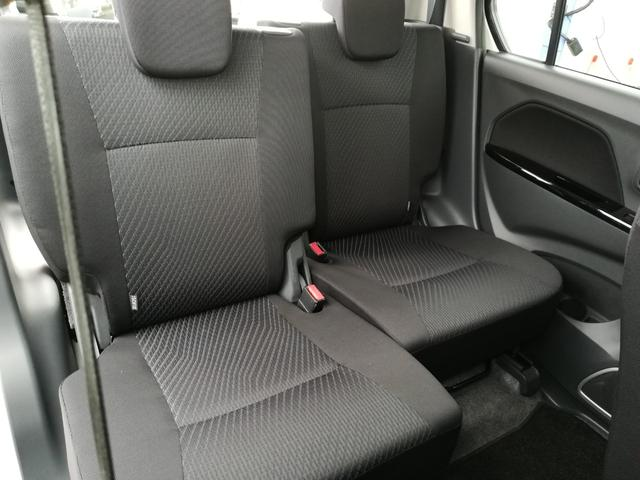 後部座席も前後にシートを調節できます!