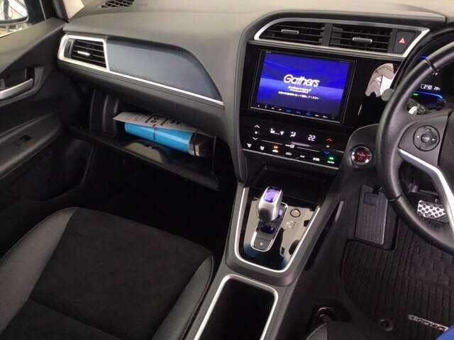 ワンアクションで軽やかに操作できるフロアシフト、パーキングブレーキはフットブレーキタイプになります。オートエアコンの右側の赤いボタンを押して、エンジンスタート!