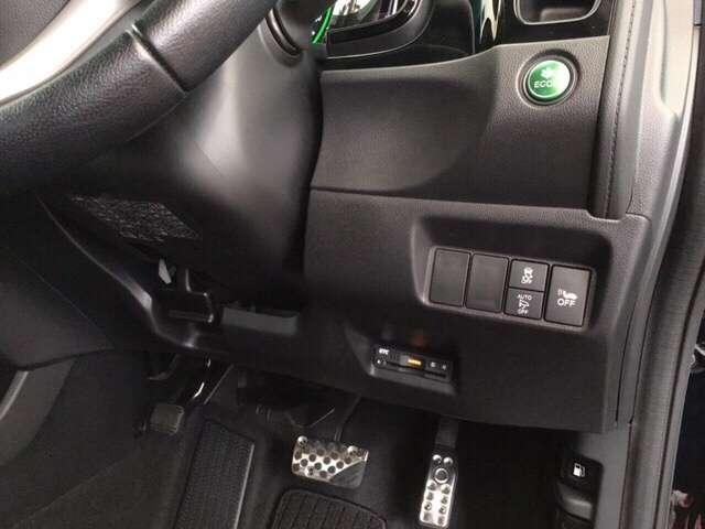 高速で便利なETCがあり、燃費をよくするECON、オートリトラミラー、横滑りを防ぐVSAなどのスイッチは、運転席の右側、手の届きやすい位置にあります。