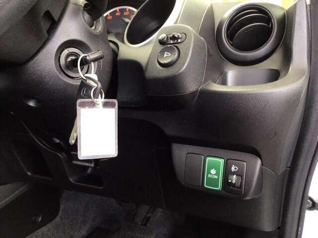 ヘッドライトの角度を調整できるレベリングダイヤルと、電動格納式リモコンドアミラーのスイッチは運転席の右側、手の届きやすい位置にあります。