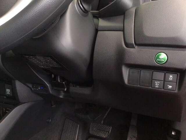 左側に高速で便利なETCがあり、燃費をよくするECON、オートリトラミラー、横滑りを防ぐVSAなどのスイッチは、運転席の右側、手の届きやすい位置にあります。