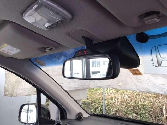 ルームミラーの前にシティブレーキアクティブシステム(低速域衝突軽減ブレーキ、誤発進抑制機能)のセンサーが、ピラーにはサイドカーテンエアバッグが付いたあんしんパッケージです。
