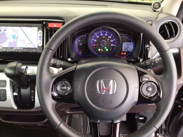 本革ハンドルの後ろには7速パドルシフトがあります。指先で操る事で、マニュアル車感覚のシフトチェンジが楽しめます。また、右にクルーズコントロール、左にオーディオリモコンスイッチがあります。