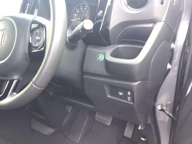 燃費をよくするECON、横滑りを防ぐVSAなどのスイッチは、運転席の右側、手の届きやすい位置にあります。