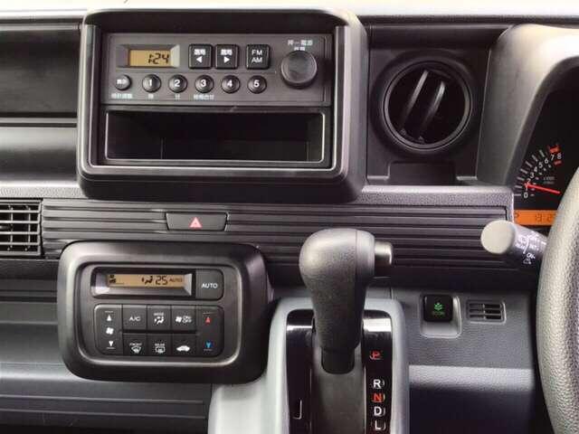 ホンダ純正AM/FMラジオ搭載です!その下にあるのは、らくらくワンタッチで操作できるフルオートエアコンの操作パネルです!