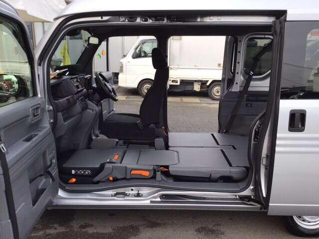 大容量の空間を自由に使いこなす、ホンダ独自のダブルビッグ大開口です!助手席側のセンターピラーをなくし、助手席とリアシートはフラットになります!