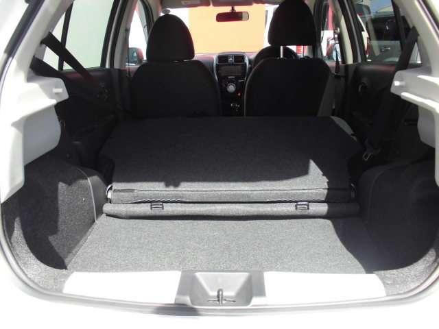後部座席を倒すことで長い荷物やたくさんの荷物を運ぶことができますよ。