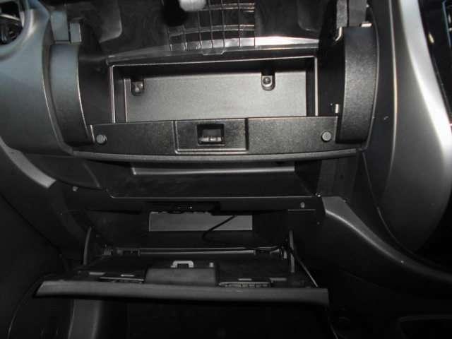 助手席前のグローブボックスにはCDなどを収納できるスペースもございますよ。