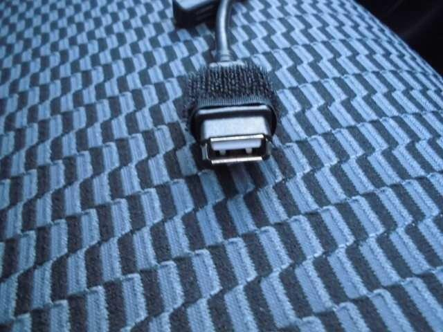 USB端子付きなのでスマホの充電器をつなげることでスマホの充電も可能ですよ。