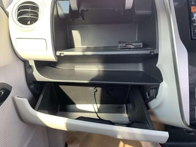 助手席前のグローブボックスにはDVDやCDなどを収納できるスペースもございますよ。