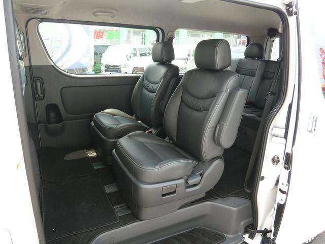サードシートは3人掛けのベンチシートを装着!オリジナルフロアマットも装備しています!スライドレール付ですので荷物が多いシーンではカーゴスペースも確保出来ます!