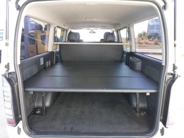 車内泊にも便利なベットキットも装着しております。これからのシーズンにもご活躍いただける一台となっております。是非こちらのお車でVANLIFEをお楽しみくださいませ。