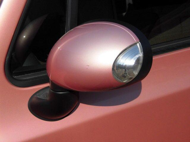 ターンランプドアミラー装備 ライフスタイルを豊かにする身近な雑貨や家具のような愛着のもてる道具という発想から、2002年1月に誕生した軽乗用車、2代目モデルである。
