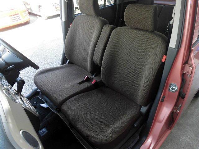 おしゃれなチョコレートカラーのベンチシートを採用した前席はアームレストを大型化し、使い心地を向上