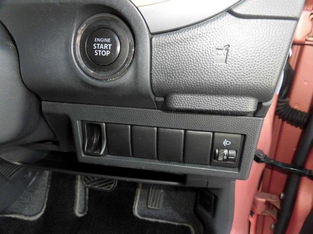 携帯リモコンを身につけていれば、リクエストスイッチを押すだけで施錠・解錠が可能なキーレスプッシュスタートシステム&電波式キーレスエントリー、スモークガラス、盗難防止イモビライザーを全車に標準装備。