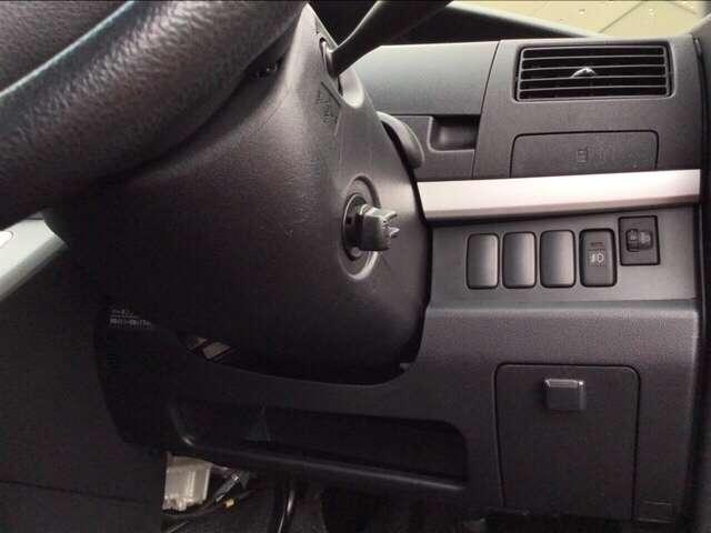 ヘッドライトの角度を調整できるレベリングダイヤルは運転席の右側、手の届きやすい位置にあります。
