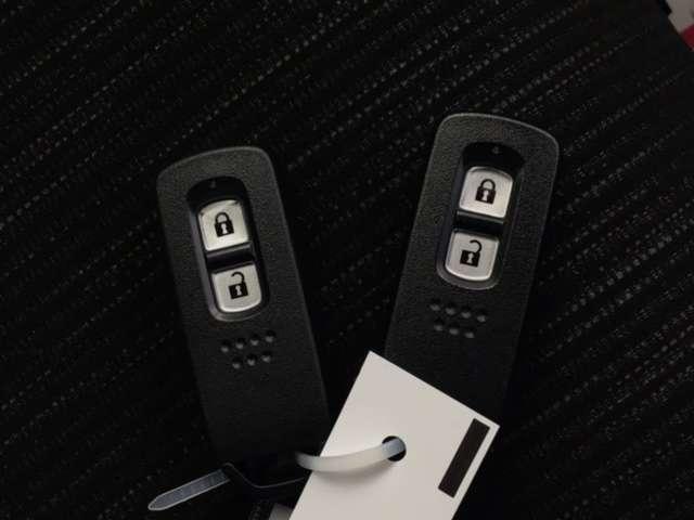 スマートキーは鍵をバッグに入れたままでも両手がふさがっていてもドアロックの開閉やエンジンのON・OFFができます。