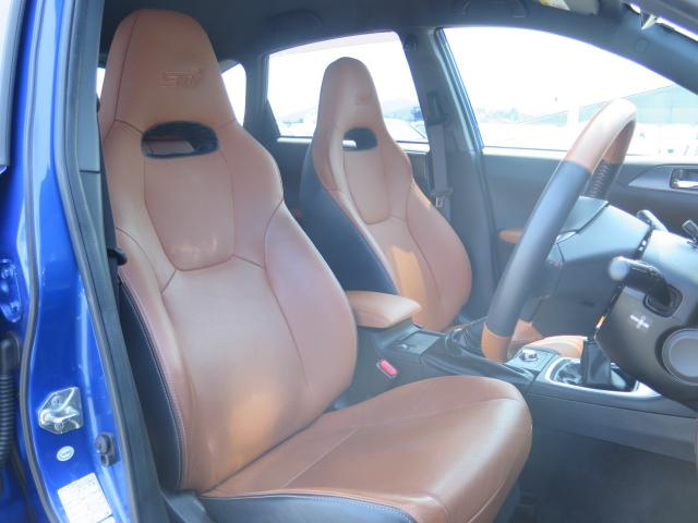 運転席、助手席共に目立つキズや汚れはありません。気持ちよくご使用いただけます。