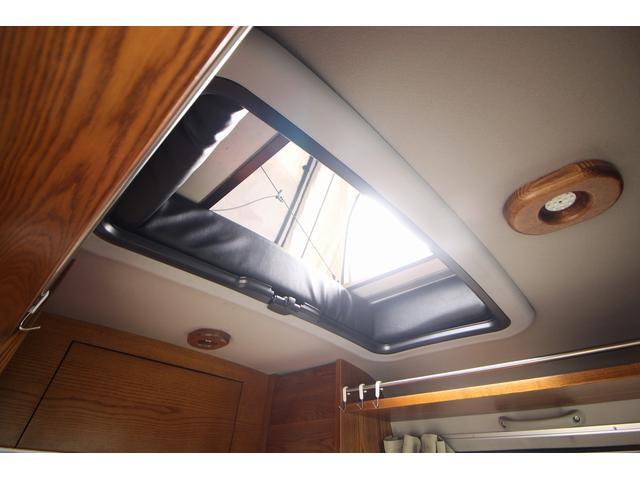ベバスト製サンルーフ!わざわざ降りなくても室内からそのままテントまで上がれちゃいます☆