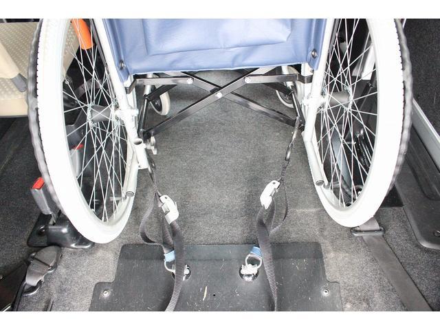 2列目の車いすの固定はボタン1つで電動固定が可能です。