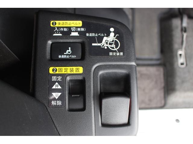 オプションの電動固定装置付き! 車いすの固定もボタン1つで楽々固定が可能です。