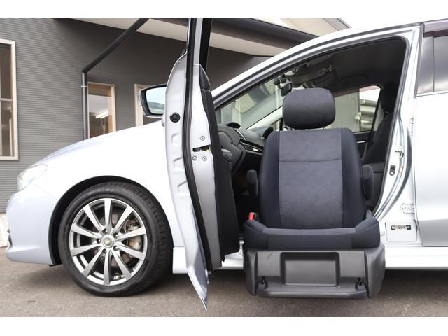 車いすの座面と同じくらいの高さまで助手席シートが昇降いたします◎