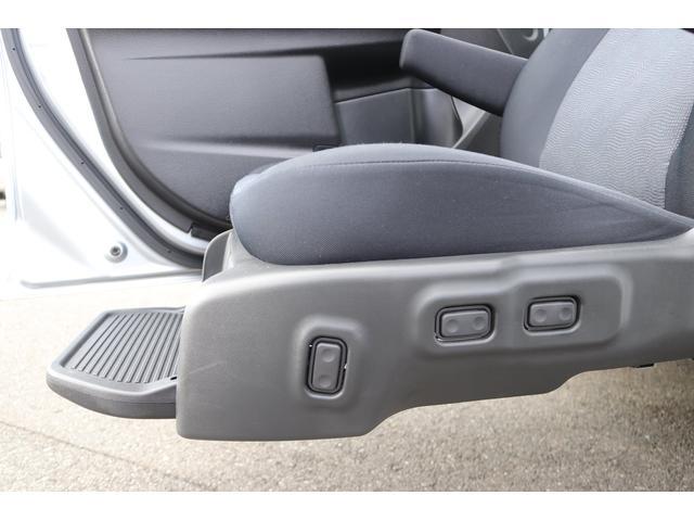 助手席リフトアップシートはお手元やリモコンで昇降、スライド、リクライニングの操作が可能です〇