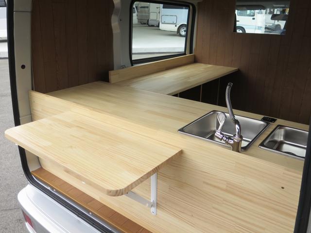 後方の販売口には折り畳み可能なカウンターテーブルが備わっております◎