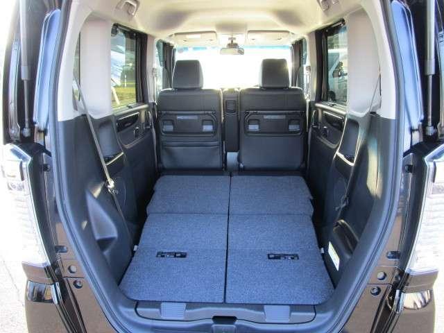 リア席を倒せば広々とした空間の出来上がり、荷物がたくさん載せられますよ。