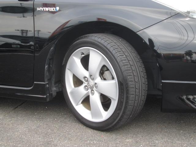 純正アルミホイールです。タイヤの溝もしっかり残っていますのでご安心ください(^_^)各メーカーの新品、中古タイヤ、ホイール販売もしております。ドレスアップもお気軽にスタッフにお問い合わせ下さい☆