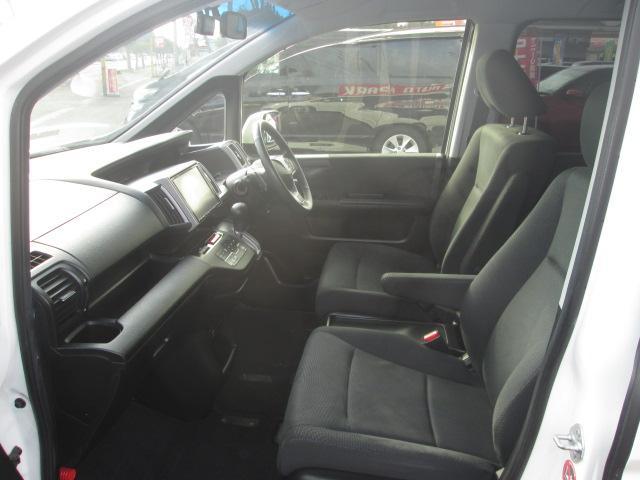 運転席、助手席ドアは大きく開くタイプとなっており、座ったままでも開け閉めしやすく、女性の方でもスカートの方でも乗り降りしやすくラクラクです☆