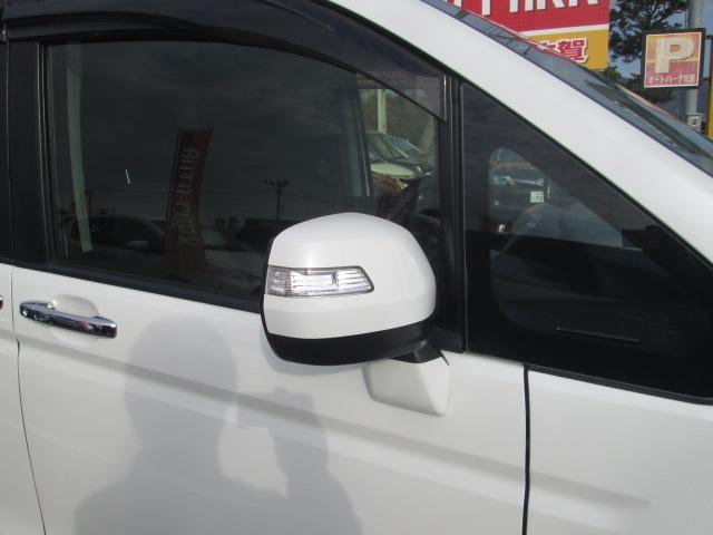 ドアミラーウインカーついています。右左折時やハザードランプ点滅時に、周囲からの視認性に優れています。キーレスエントリーでの施錠、解錠時に点滅してお知らせしてくれます。