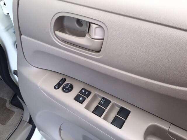 電動格納式リモコンドアミラーのスイッチとパワーウインドウのスイッチは、運転席のドアにあります。