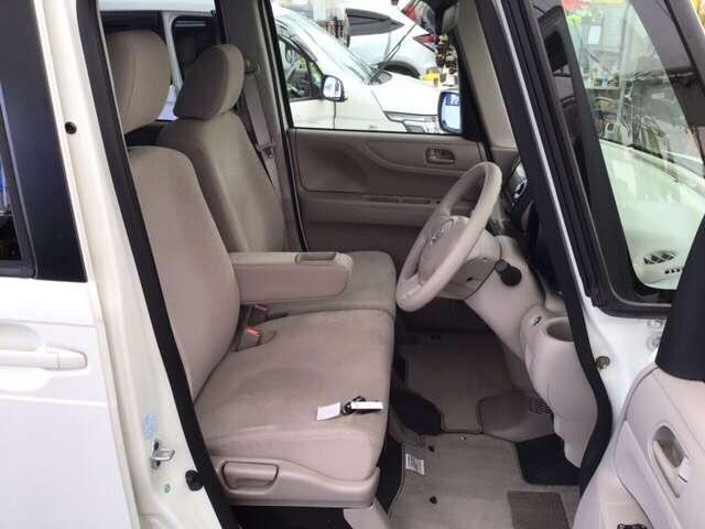 フロントは助手席への移動も簡単にできる、ゆったりのベンチシートです。ハンドルはチルトステアリングで、ハンドル位置を上下に調節できます。