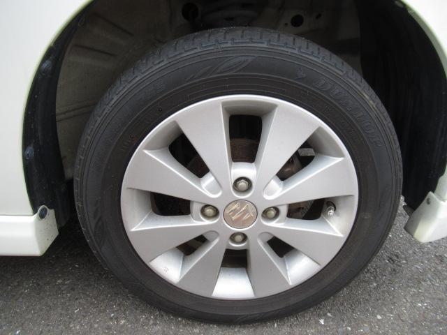 ご覧の通りタイヤの溝もまだまだございます!走行に最も関わる部分になりますので劣化している物に関しては交換してから納車させて頂きますよ♪