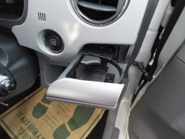 こちらのお車は標準装備でドリンクホルダーが付いております!もちろん隙間の清掃もブラシ等を使って隅々まで行っておりますので綺麗ですよ!写真からでも分かるのではないでしょうか♪