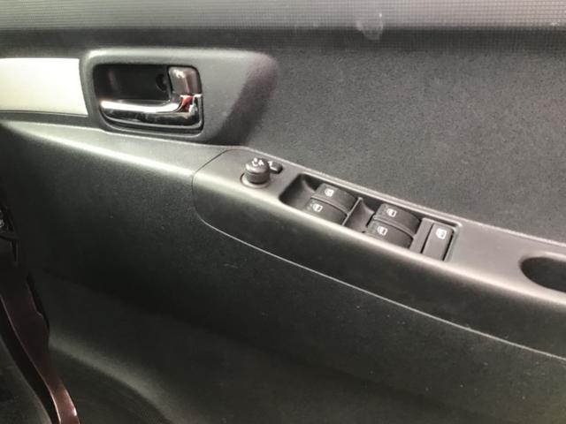パワーウィンドウのスイッチです。運転席に居ながら窓を開け閉めのコントロールできます。ロック機能で、子供がイタズラして窓を開けるという事も無くなります。