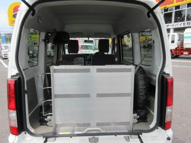車いす移動車 後部電動固定 補助シート・車いす乗員用手すり付(10枚目)