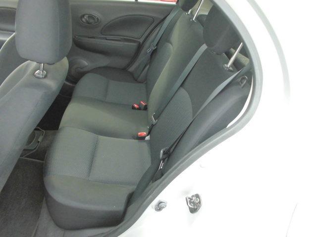 後部座席(左側より)