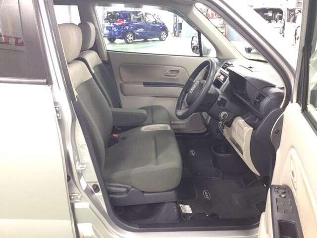 インパネシフトレバーで、シフトポジションも把握し易く、運転席と助手席の間もスッキリして座席間の移動も楽です。
