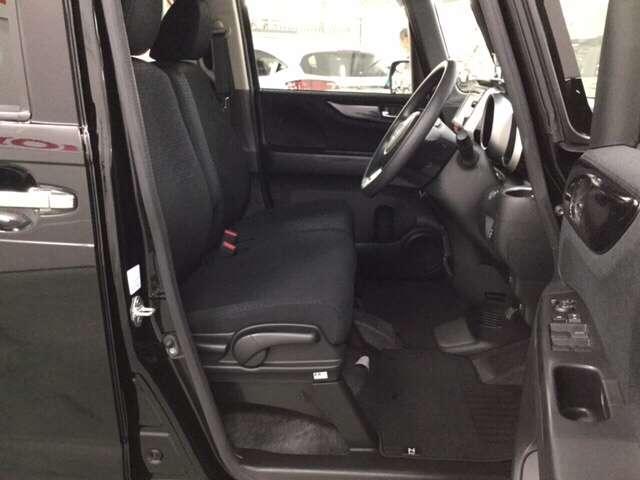 スマートキー装備!カバンに入れたままでも、ドアの解錠・施錠、エンジンスタートが可能です。雨の日や荷物の多いときなどに便利です。