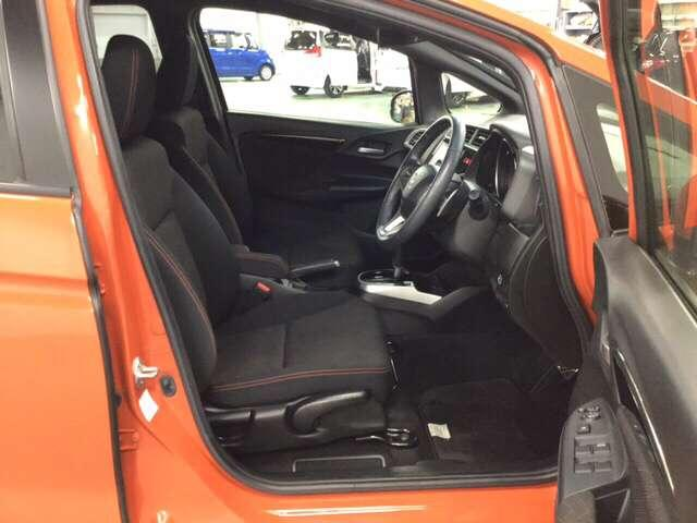 手触りがとても良く、快適な座り心地のシートは高さ調整機能付き。(運転席のみ)   RSインテリアになります。