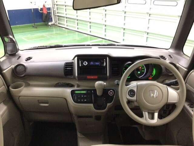 車内はベージュ内装で明るく、広く感じられます。左右の見晴らしをスッキリさせた視界は車両感覚もつかみやすく、運転にゆとりが生まれます。