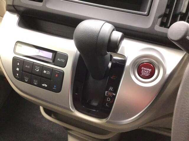 エンジンスタート/ストップスイッチとセレクトレバーを左手手元に配置。操作しやすいパネルです。      ※フルオートエアコン装備